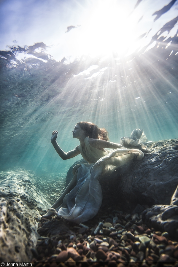 摄影师:Jenna Martin 为水下人像摄影选择正确的器材 水下人像摄影是独特,有趣,具有挑战性的。你的最低设备需求是一个照相机,一个广角镜头和一个相机防水壳。 相机:如果你能入手手一个有较强低感光性能的全画幅相机,这将是你最好的选择,但是如果你从入门单反甚至是卡片机开始拍摄,也会有相应的解决方案。 镜头:拥有广角镜头是必须的,但最好不要用鱼眼镜头以便避免鱼眼带来的失真。一个拥有较小对焦距离的广角镜头可以让你更接近你的主题。你的相机和你的主题之间的水越少,你的图像就会越清晰。如果您使用的是卡片相机,